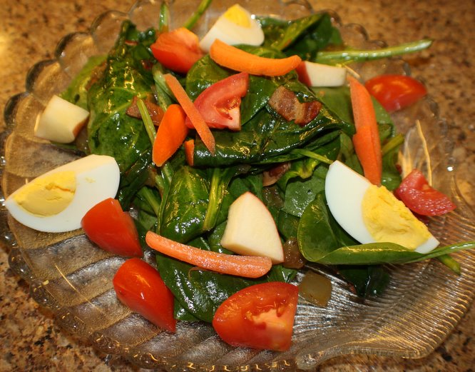 Garnish the salad with the tomatoes, carrots, apples and egg wedges.